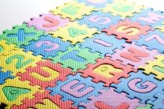 塑料玩具在拼写词孤独性上写字 免版税库存图片