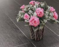 塑料玫瑰色花 库存图片