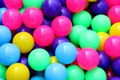 塑料球五颜六色为了孩子能打球在水公园,五颜六色的球塑料抽象背景样式,孩子的玩具 免版税库存照片