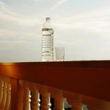 塑料瓶和水玻璃 免版税库存照片