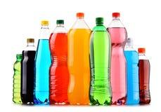 塑料瓶在白色的被分类的碳酸化合的软饮料 库存照片