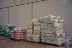 塑料瓶容器不正当的存贮,仓库管理 免版税库存图片