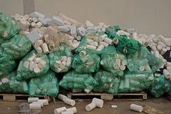 塑料瓶容器不正当的存贮,仓库管理 库存照片