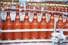 塑料瓶用继续前进传动机的啤酒或碳酸化合的饮料 免版税图库摄影