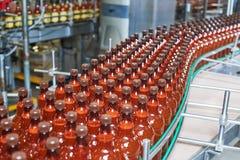 塑料瓶用继续前进传动机的啤酒或碳酸化合的饮料 库存照片