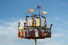 从塑料瓶的五颜六色的城堡 回收和废减少想法  库存照片