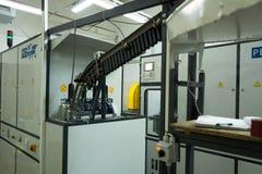 塑料瓶的生产的机器从塑料预先形成的 库存照片