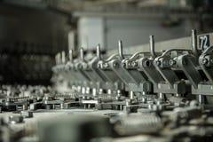 塑料瓶的生产矿泉水柠檬水 溢出水瓶 不伤环境的装配线生产 免版税库存照片