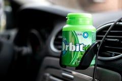 塑料瓶薄荷在一个持有人的泡泡糖轨道在内部现代 免版税库存照片