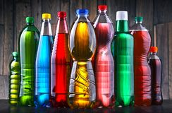 塑料瓶被分类的碳酸化合的软饮料 免版税库存图片