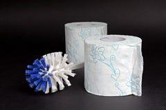 塑料白色蓝色洗手间刷子和纸 库存照片