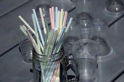 塑料秸杆和塑料杯子 免版税库存照片