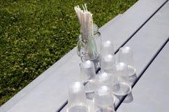 塑料秸杆和塑料杯子 免版税库存图片