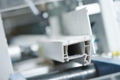 塑料窗口和门制造业 框架裁减细节PVC外形 免版税库存图片