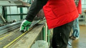 塑料窗口 削减与圆的锯的工作者PVC配置文件 影视素材