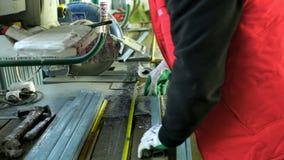塑料窗口 削减与圆的锯的工作者PVC配置文件 PVC窗口和门制造 股票视频
