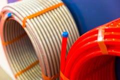 塑料管子卷在配管商店, pvc 免版税库存图片