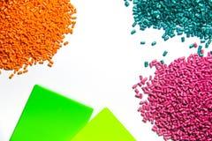 塑料粒子为举行,五颜六色的塑料关闭  库存图片