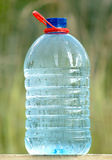 塑料能与生态学上纯饮用水 库存照片
