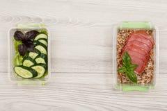塑料膳食预习功课容器用新伐黄瓜和沙拉, 免版税库存照片