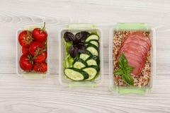塑料膳食预习功课容器用新鲜的草莓,黄瓜 库存图片