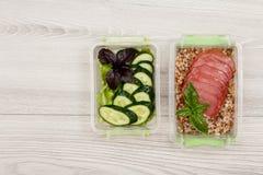 塑料膳食预习功课容器用新鲜的黄瓜和沙拉, boi 免版税库存照片