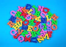 塑料色的字母表信件堆  库存图片