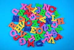 塑料色的字母表信件堆  免版税库存照片