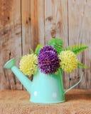塑料花和花瓶 库存图片