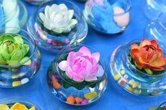 塑料花的明亮和美好的颜色 免版税图库摄影
