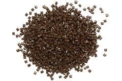 塑料药丸 褐色聚丙烯粒子在白色后面的 免版税图库摄影