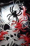 塑料蜘蛛和网为万圣夜 图库摄影