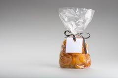 塑料袋与空白的标签和拷贝空间的杏子 免版税库存照片