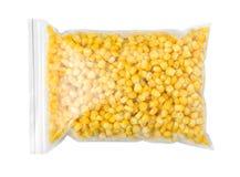 塑料袋用在白色背景的冷冻玉米 菜保存 库存图片