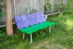 塑料长凳在公园 免版税图库摄影