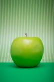 在绿色固体和条纹的苹果计算机 图库摄影