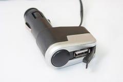 黑塑料usb和更轻的充电器汽车的 库存照片