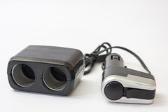黑塑料usb和更轻的充电器汽车的 免版税库存图片