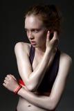 塑造一个女孩的画象体育上面的在黑暗的背景 免版税库存照片