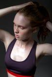 塑造一个女孩的画象体育上面的在黑暗的背景 图库摄影