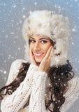 塑造一个少妇的射击冬天衣裳的 免版税图库摄影