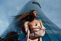 塑造一个性感的女孩的画象在城市的外套和内衣商业中心 市中心 免版税库存照片