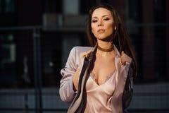塑造一个性感的女孩的画象在城市的外套和内衣商业中心 市中心 免版税库存图片