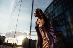 塑造一个性感的女孩的画象在城市的外套和内衣商业中心 市中心 图库摄影