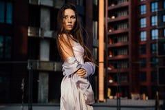 塑造一个性感的女孩的画象在城市的外套和内衣商业中心 市中心 库存图片