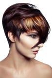 塑造一个美丽的女孩的画象有色的被染的头发的,专业短发着色 免版税库存图片