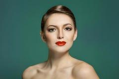 塑造一个美丽的少妇的画象有红色嘴唇的 免版税库存图片