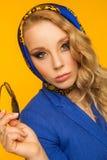 塑造一个美丽的金发碧眼的女人的画象蓝色方巾和a的 库存照片