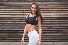 塑造一个年轻运动适合女孩的画象运动服的户外 有完善的身体健身概念的妇女 免版税库存照片