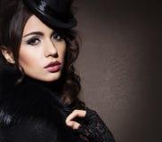 塑造一名深色的妇女的画象黑衣裳的 免版税库存图片